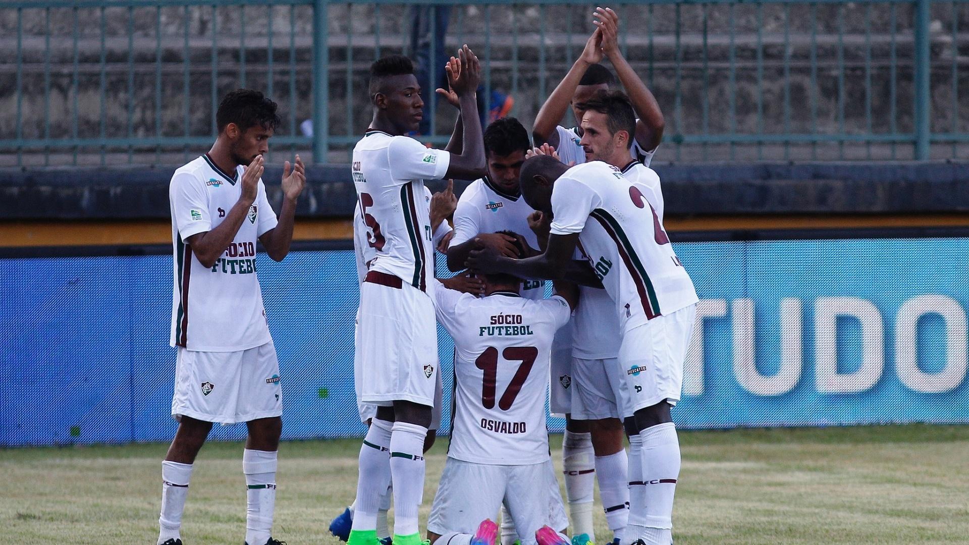 Jogadores do Fluminense comemoram gol de Osvaldo