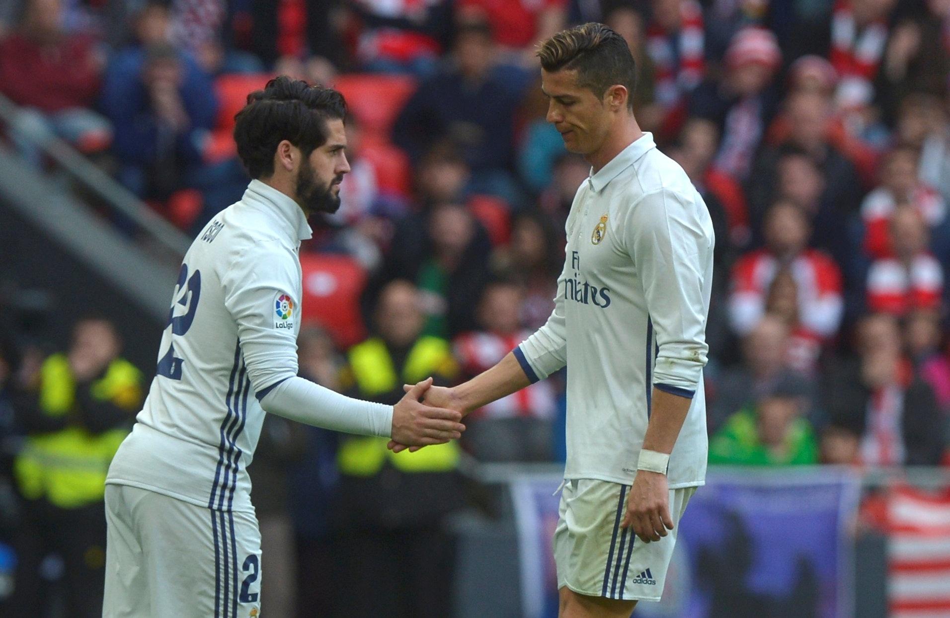 Cristiano Ronaldo sai de campo com cara fechada para ser substituído por Isco, em jogo do Real Madrid contra o Athletic Bilbao