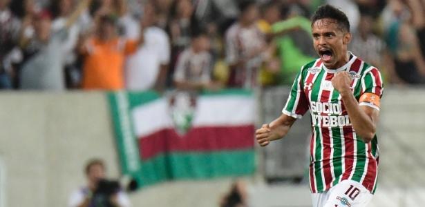 Scarpa comemora gol contra a LDU; meia ainda tem dinheiro a receber do Flu