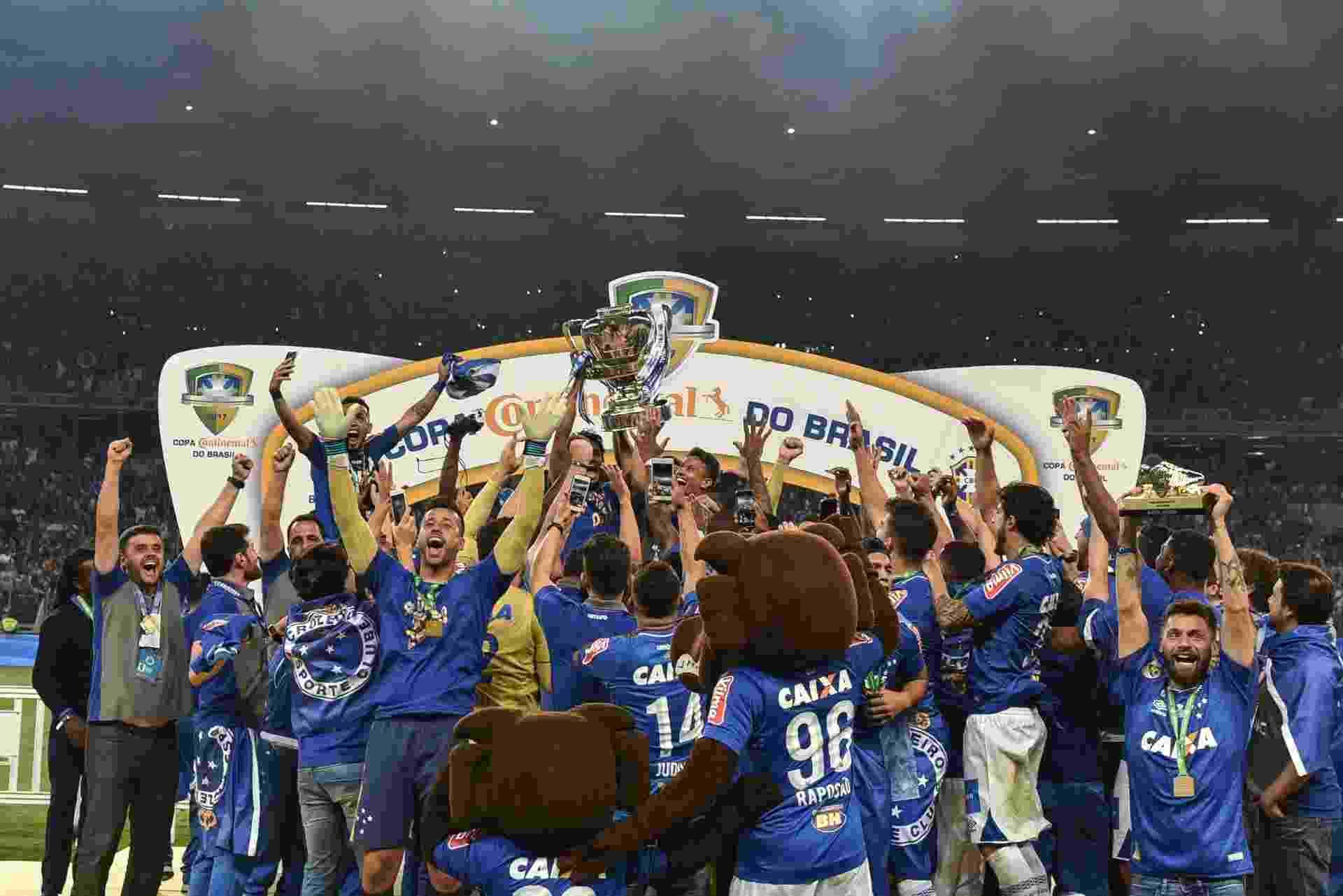 Cruzeiro ergue a taça como campeão da Copa do Brasil 2017 - André Yanckous/AGIF