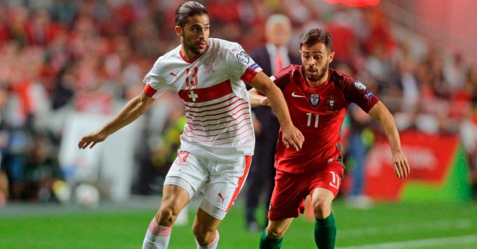 Bernardo Silva disputa a bola com Ricardo Rodriguez durante Portugal x Suíça nas Eliminatórias