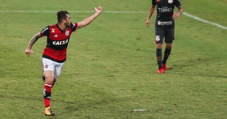 Vizeu mostra o dedo do meio para Rhodolfo, também do Flamengo, no jogo contra o Corinthians