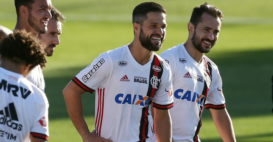 Diego e Everton Ribeiro, meias do Flamengo, durante treinamento do time na Argentina, antes da primeira final da Copa Sul-Americana, contra o Independiente