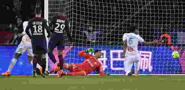 Rolando faz contra e amplia placar para o PSG contra o Olympique de Marselha - GERARD JULIEN/AFP - GERARD JULIEN/AFP