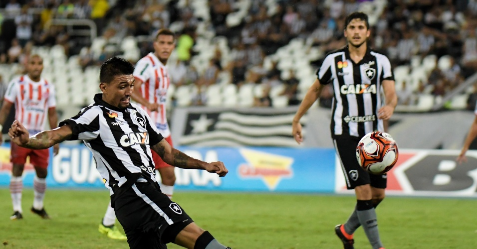 O atacante Kieza tenta fazer gol no jogo entre Botafogo x Bangu pelo Campeonato Carioca