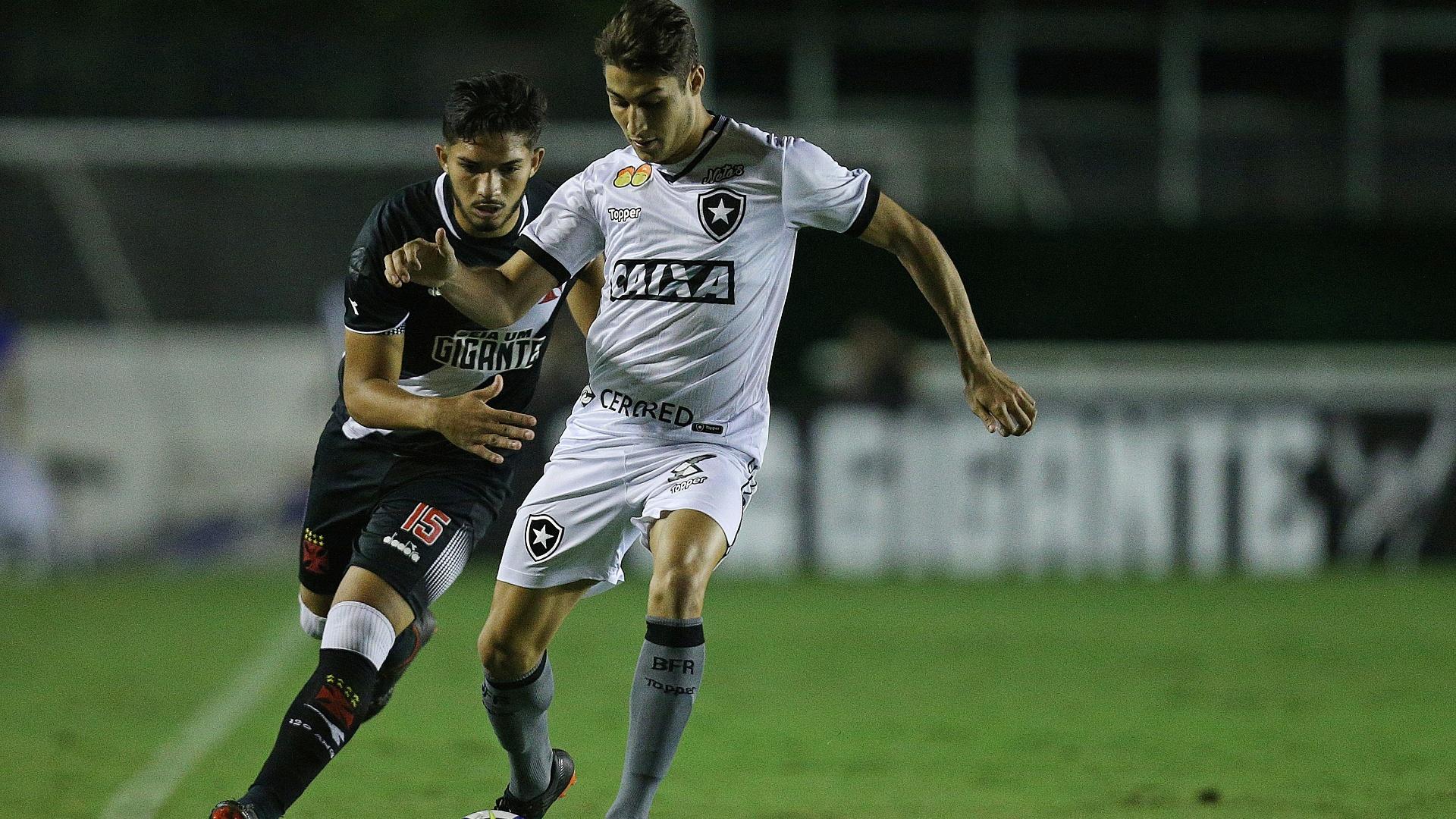 Marcinho passa pela marcação de Andrey no clássico entre Vasco e Botafogo