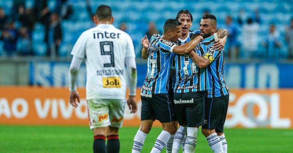 Jogadores do Grêmio comemoram gol de Everton diante do São Paulo
