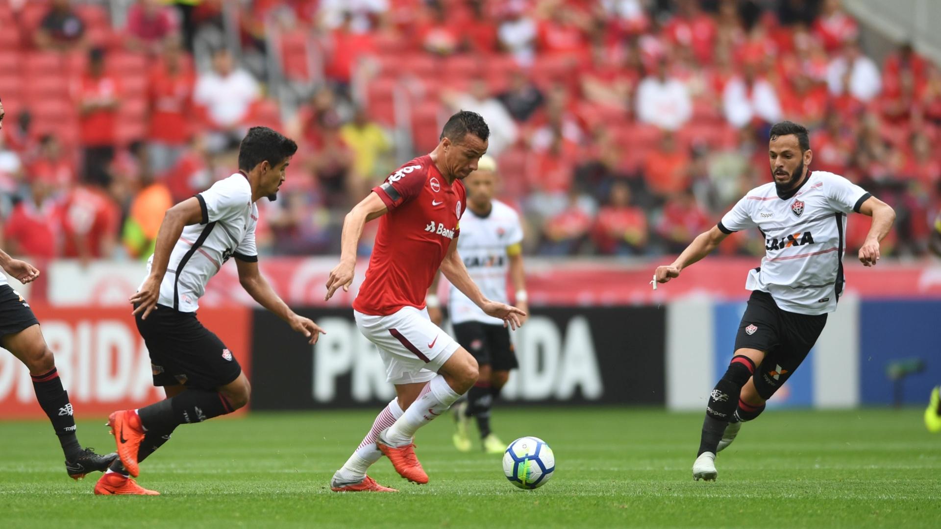 O atacante Leandro Damião em lance da partida entre Internacional e Vitória