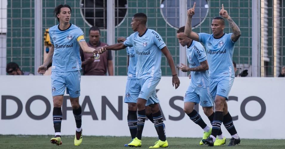 Pedro Geromel comemora gol do Grêmio contra o Atlético-MG