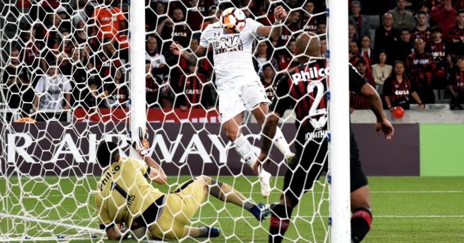 Luciano cabeceia para grande defesa de Santos durante semifinal da Sul-Americana entre Atlético-PR e Fluminense