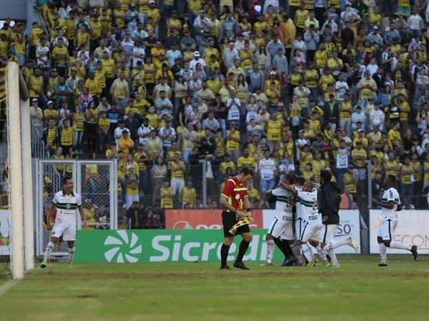 Jogadores do Coritiba comemoram gol sobre o Cascavel