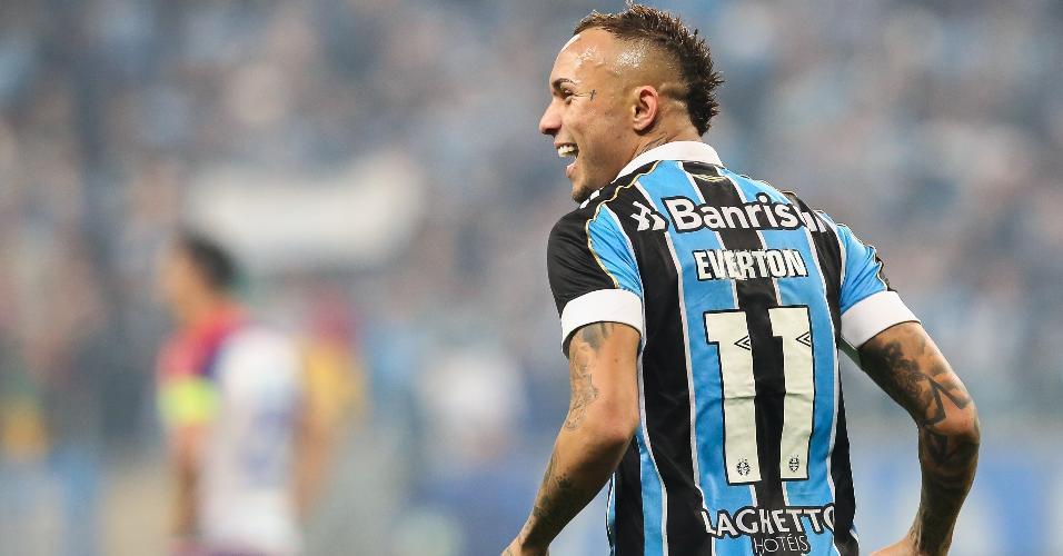 Éverton comemora gol do Grêmio contra o Bahia