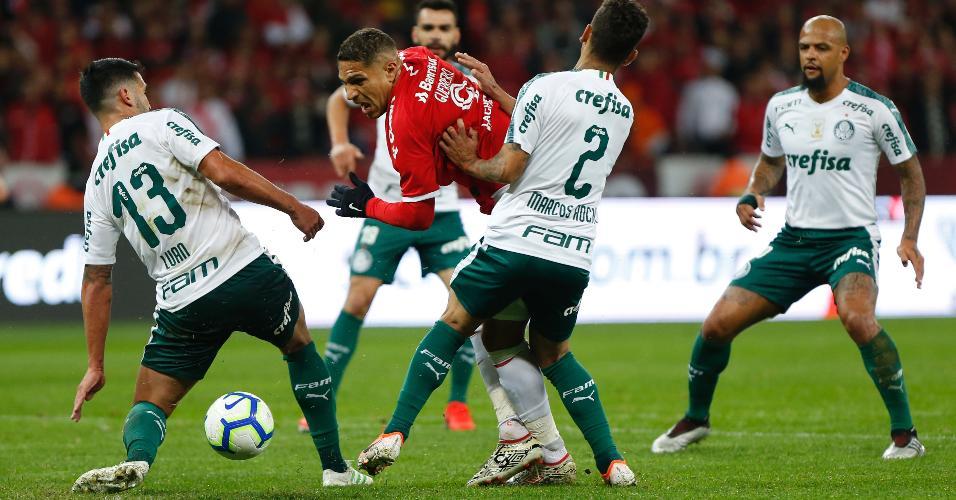 Paolo Guerrero do Internacional disputa lance com Marcos Rocha do Palmeiras durante partida pela Copa do Brasil