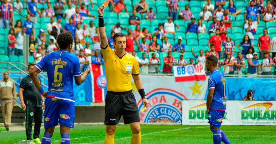Moisés, do Bahia, recebe cartão vermelho na partida contra o Goiás