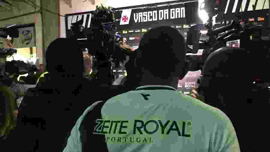Pai de Talles Magno, Carlos observa o filho ser cercado pela imprensa após vitória do Vasco - Bruno Braz / UOL Esporte
