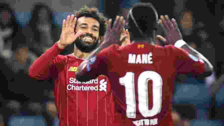 Mohamed Salah comemora seu gol com Mané na vitória do Liverpool contra Genk - François WALSCHAERTS / AFP