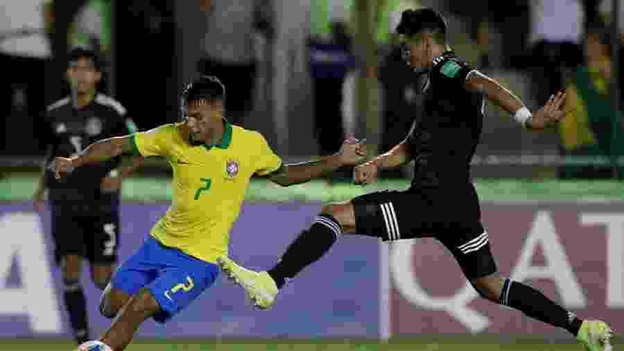 Gabriel Veron, do Brasil, e Alejandro Gomez, do México, durante final da Copa do Mundo sub-17 - REUTERS/Ueslei Marcelino