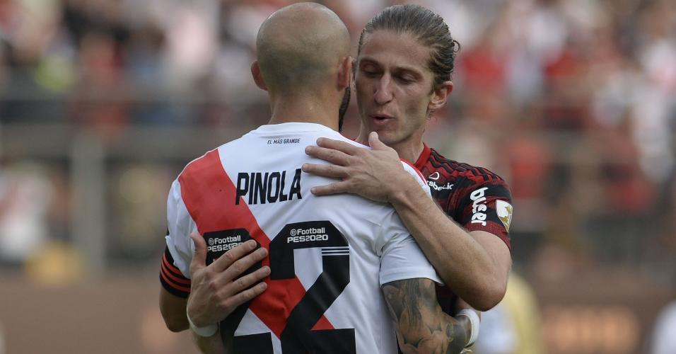 Filipe Luis abraça Piñola após vitória sobre o River Plate