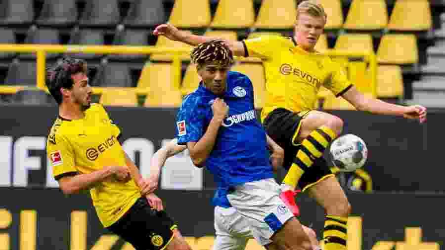 16.mai.2020 - Haaland disputa bola com Todibo na partida entre Borussia Dortmund e Schlake 04 na volta do campeonato Alemão - Reprodução/Twitter/Borussia Dortmund