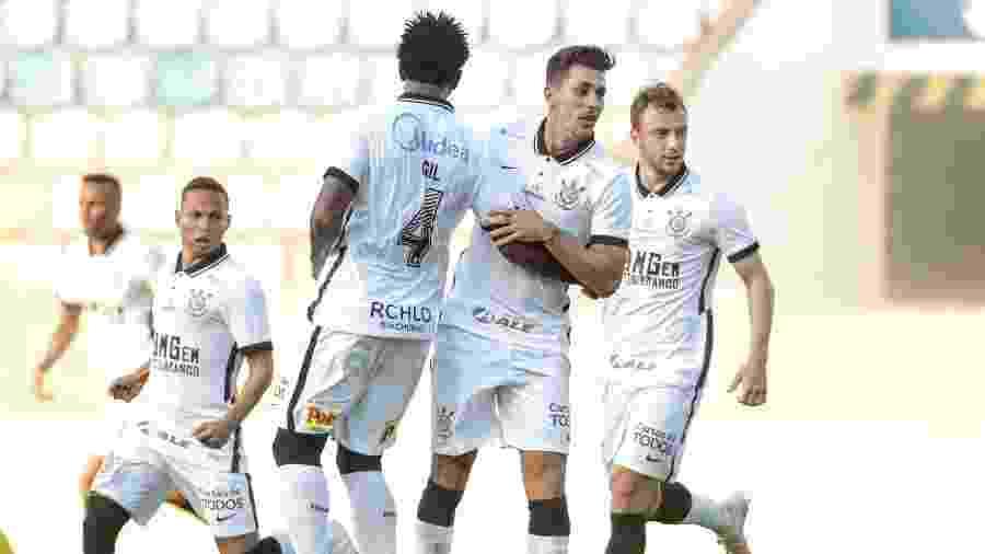 Janderson, Gil, Danilo Avelar e Carlos comemoram gol do Corinthians contra o Oeste - Rodrigo Coca