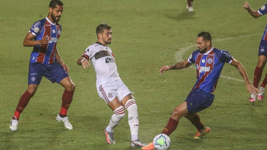 Arrascaeta disputa bola com Gilberto durante Bahia x Flamengo pelo Brasileirão 2020 - TIAGO CALDAS/FOTOARENA/ESTADÃO CONTEÚDO