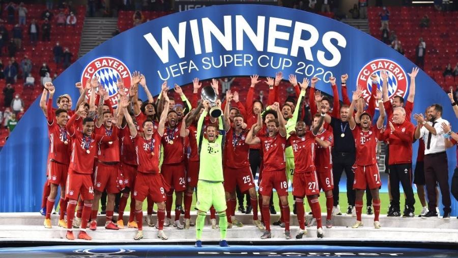 Manuel Neuer ergue taça da Supercopa da Europa 2020 conquistada pelo Bayern de Munique - Tullio Puglia - UEFA/UEFA via Getty Images