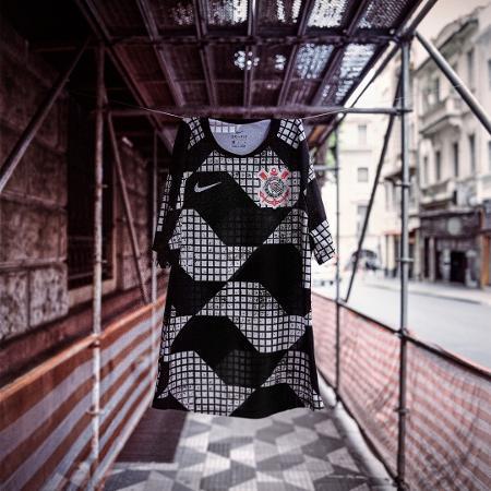 Uniforme, em preto e branco, traz estampas que remetem às calçadas paulistanas - Reprodução/Instagram