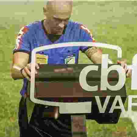 Árbitro Dyorginies Jose Padovan foi ao VAR para analisar pênalti para o Sport - Paulo Paiva/AGIF