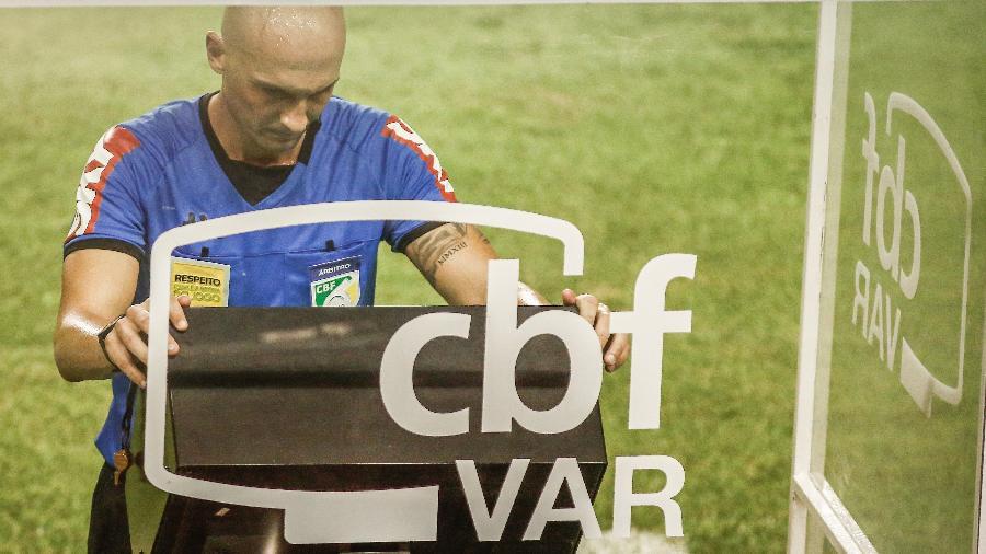 O árbitro Dyorginies Jose Padovan consultando o VAR no Brasileirão 2020 - Paulo Paiva/AGIF