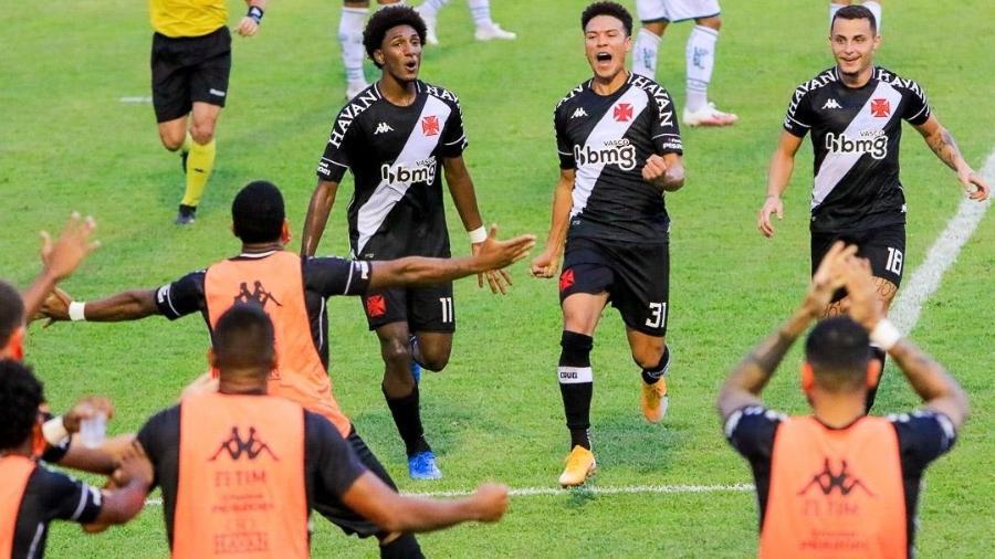 Marquinhos Gabriel e Talles Magno comemoram gol do Vasco no empate com a Caldense - WAGNER SIDNEY SILVA/FUTURA PRESS/FUTURA PRESS/ESTADÃO CONTEÚDO