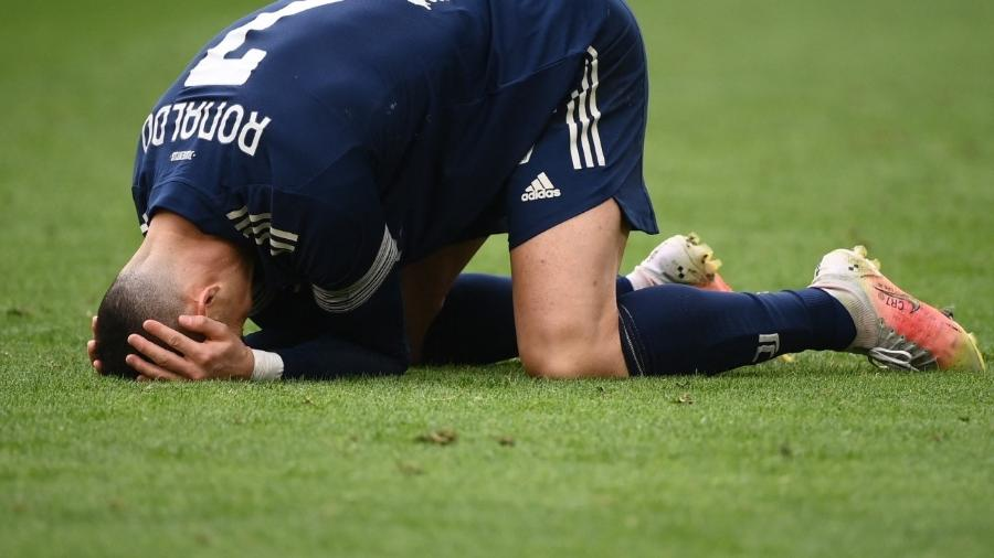 Cristiano Ronaldo lamenta derrota da Juventus contra o Benevento, pelo Campeonato Italiano - Marco BERTORELLO / AFP