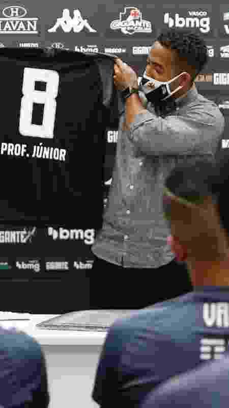"""Professor Júnior foi presenteado pelo Vasco com uma camisa personalizada e uma réplica da """"Resposta Histórica"""" - Rafael Ribeiro / Vasco - Rafael Ribeiro / Vasco"""