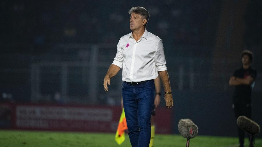 Renato Gaúcho usou laço rosa na camisa em campanha de conscientização sobre o câncer em jogo do Flamengo - Alexandre Vidal/CRF