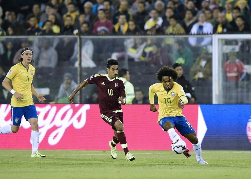 Willian conduz a bola pelo Brasil contra a Venezuela na Copa América