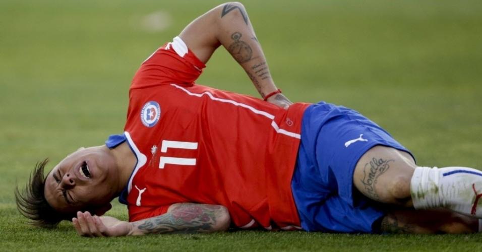 Vargas fica no chão reclamando de dores