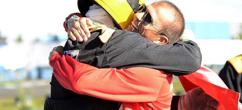 Milton Mendes, treinador do Atlético-PR, abraça jogador depois de prova de kart