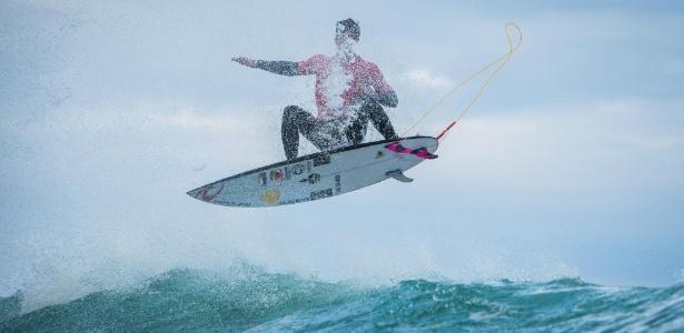 Gabriel Medina tenta manobra durante etapa de Portugal do Mundial de Surfe