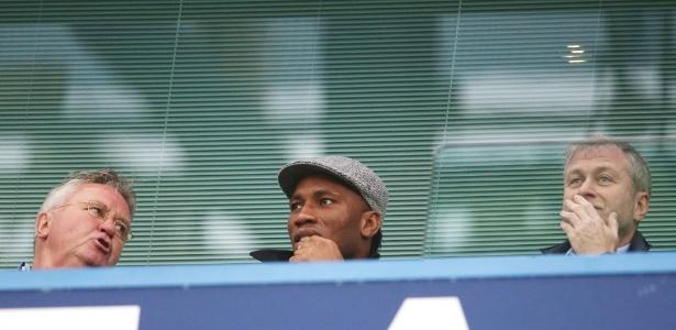 Didier Drogba já tinha sido visto conversando com Hiddink e Abramovich no jogo do Chelsea