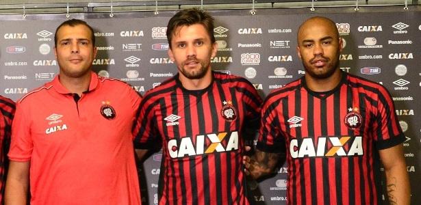 Paulo André (centro) e Thiago Heleno (dir.) são apresentados no Atlético-PR