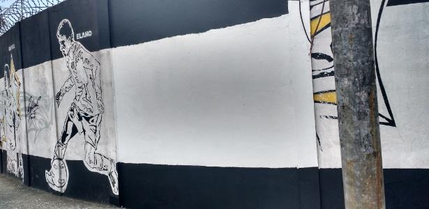Pichação e imagem de Robinho foram apagadas de muro do CT do Santos