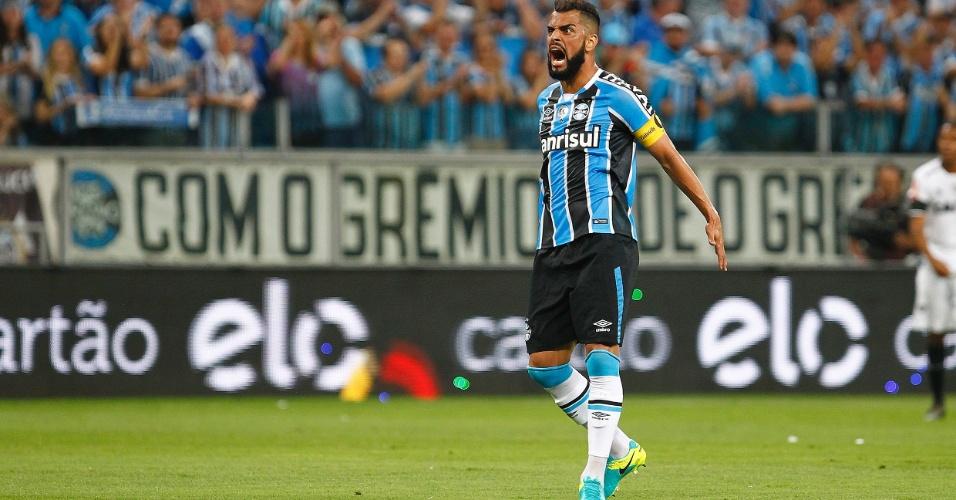 O capitão gremista Maicon durante final contra o Atlético-MG
