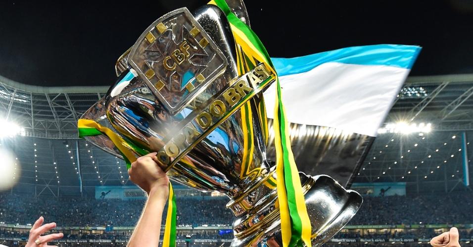 A taça de campeão da Copa do Brasil, nova aquisição do Grêmio