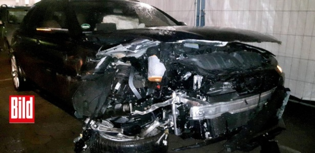 Reprodução do carro do atacante Kruse, que sofreu um acidente a caminho de Bremen