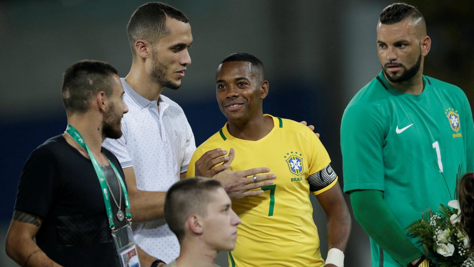 Capitão da seleção no amistoso, Robinho cumprimenta o zagueiro Neto e o lateral Alan Ruschel antes da partida