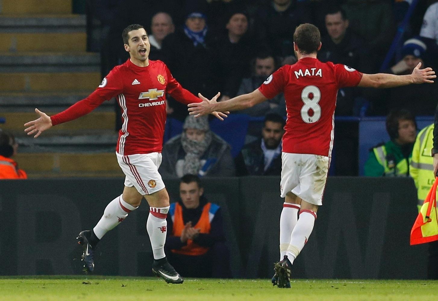 Henrikh Mkhitaryan e Juan Mata comemoram gol do Manchester United contra o Leicester