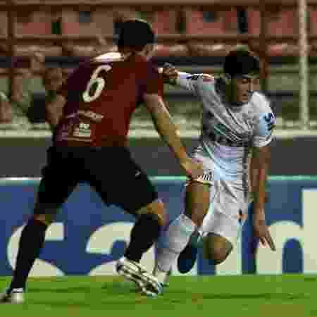 Léo Cittadini, do Santos, tenta passar por marcador do Ituano em jogo do Campeonato Paulista - Ivan Storti/ Santos FC