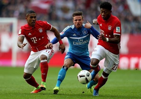 Douglas Costa, do Bayern, pressiona o adversário