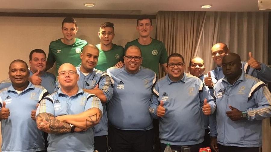 Cristiano Oliveira, ao centro, segurança do Palmeiras, com colegas  - Reprodução