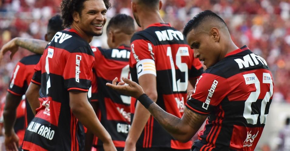 Éverton e Willian Arão comemoram gol do Flamengo contra o Fluminense