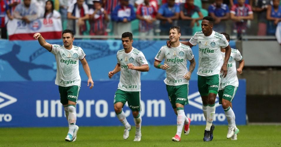 Jogadores do Palmeiras comemoram gol de Roger Guedes diante do Bahia